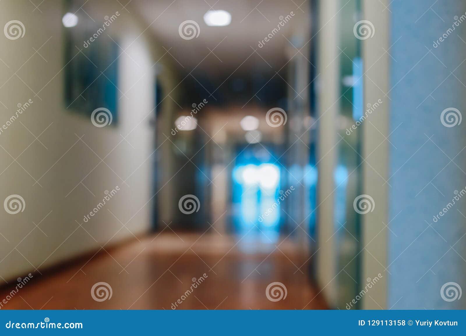 Zamazani biurowi korytarzy drzwi rozdziały bez ostrości
