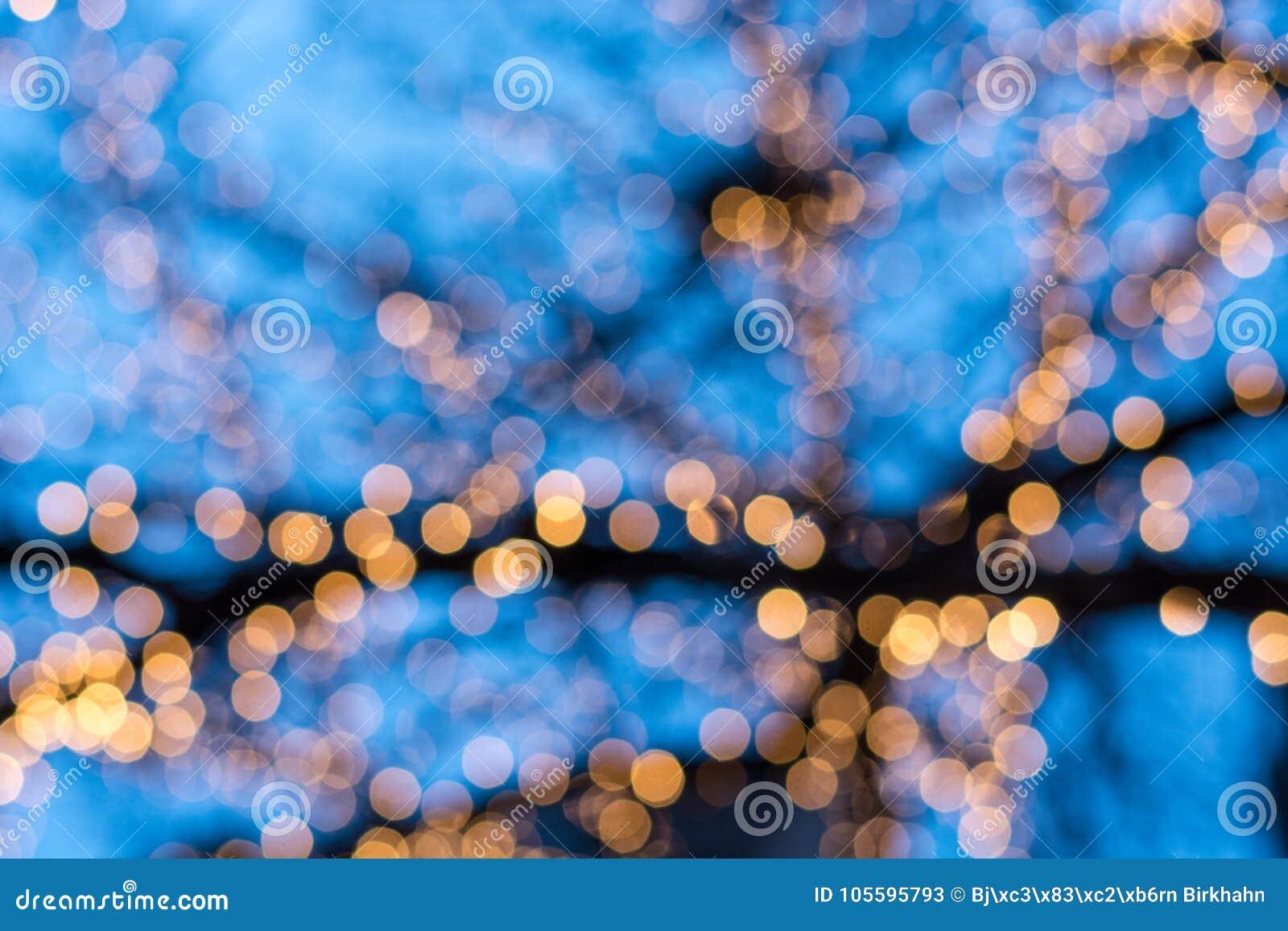 Zamazani choinek światła z niebieskim niebem