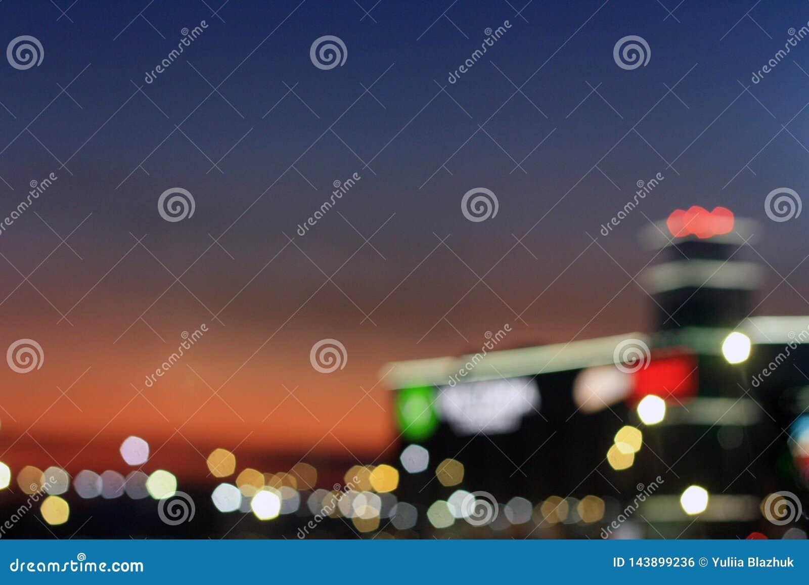 Zamazani miast światła i wieczór nieba tło
