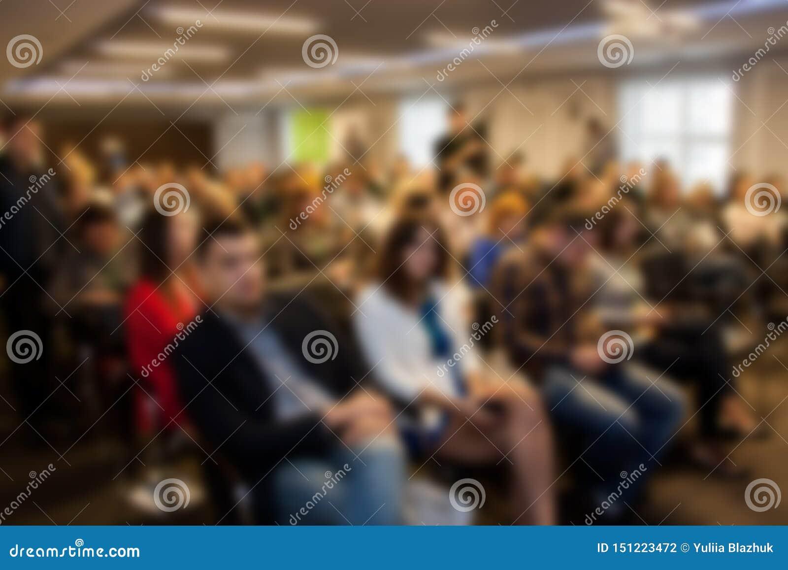 Zamazany biznesowy seminaryjny spotkanie w sali konferencyjnej Defocused ludzie