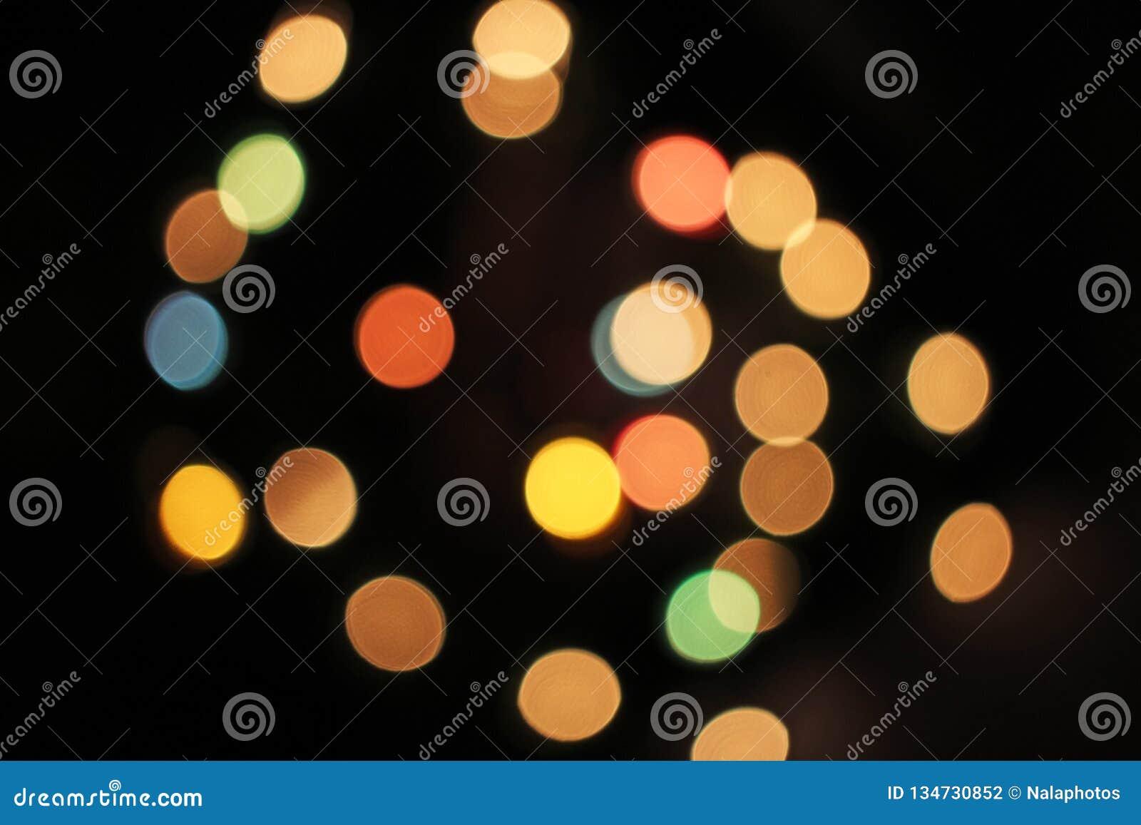 Zamazany defocused bożonarodzeniowe światła zaświeca bokeh tło Kolorowa czerwona żółta błękitna zieleń de skupiał się błyskotliwe