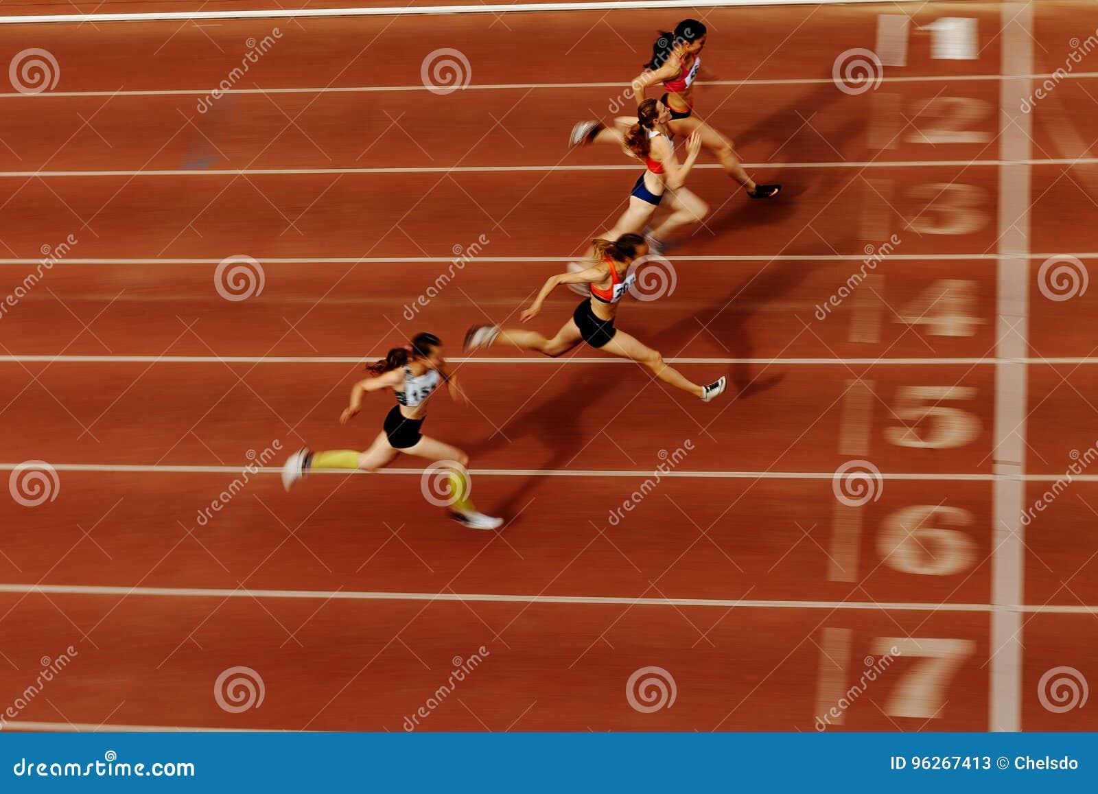 Zamazany ruchu koniec biegowi atleta biegacze