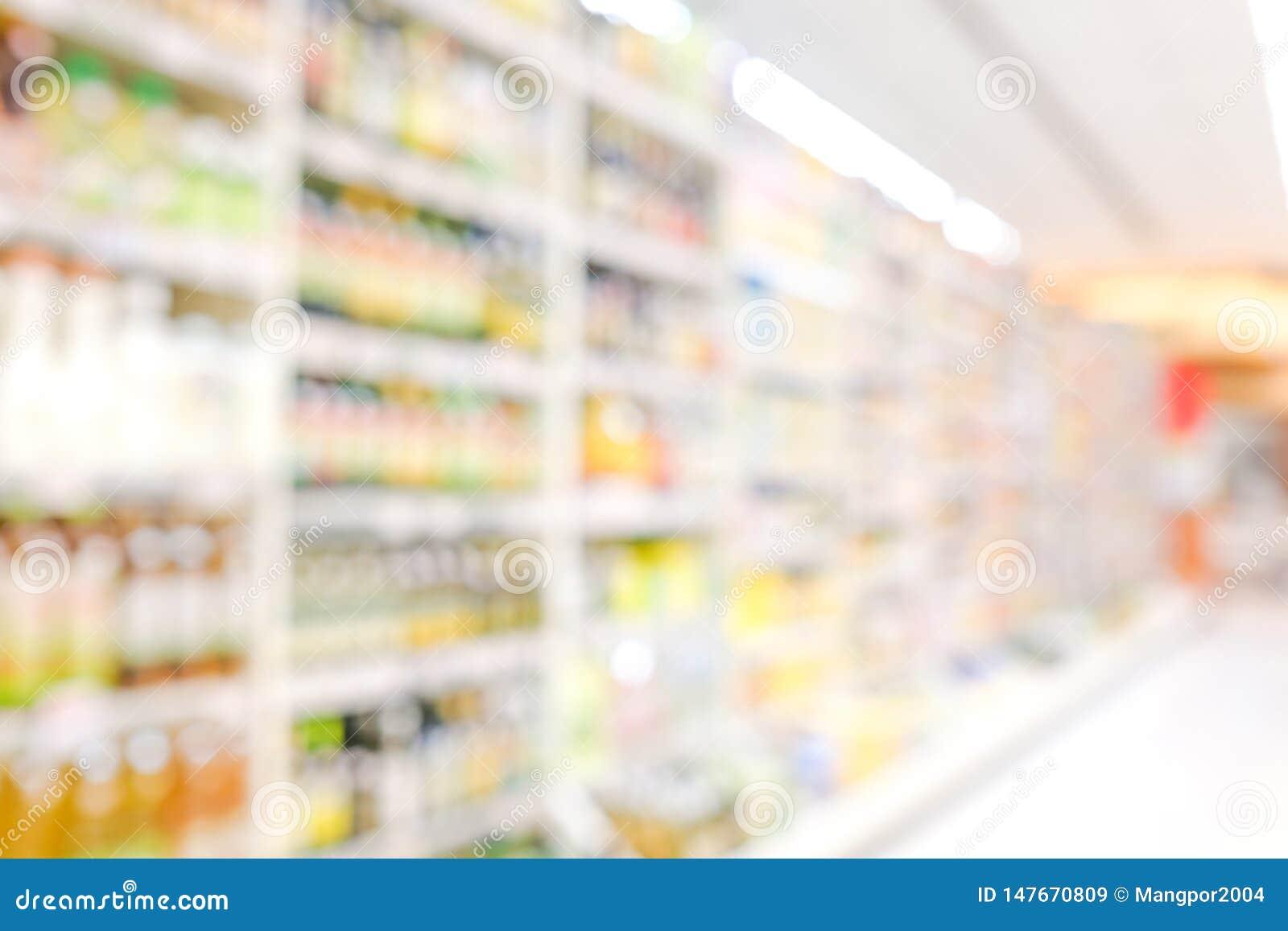 Zamazany tło, plama produkty na półkach przy sklepu spożywczego tłem, biznesowy pojęcie