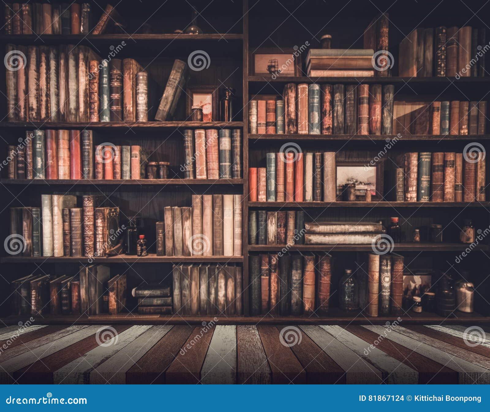 Zamazany wizerunek Wiele stare książki na półka na książki w bibliotece