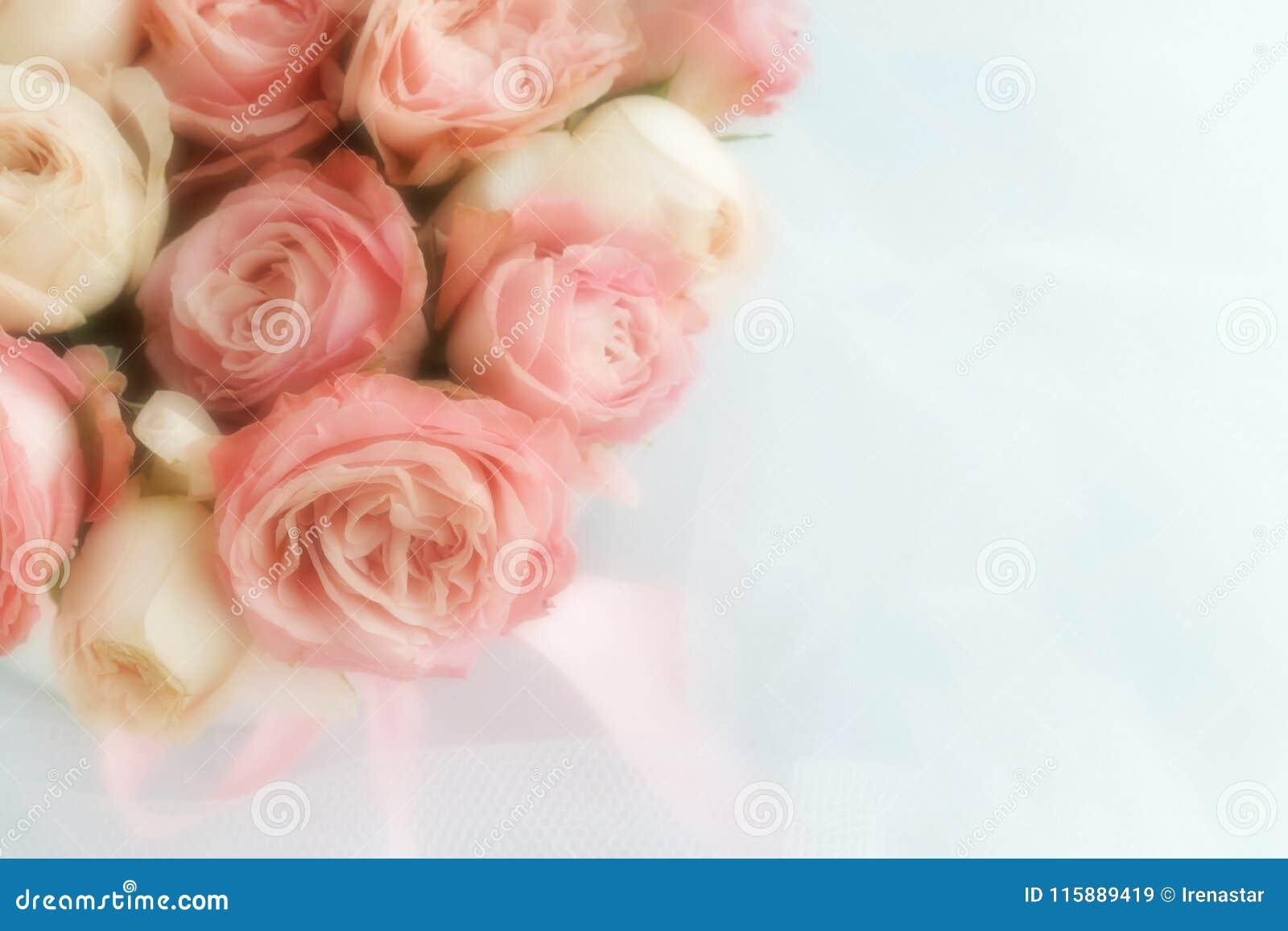 Zamazuje skutek, miękki ostrość kwiatów tło z bukietem jasnoróżowe róże