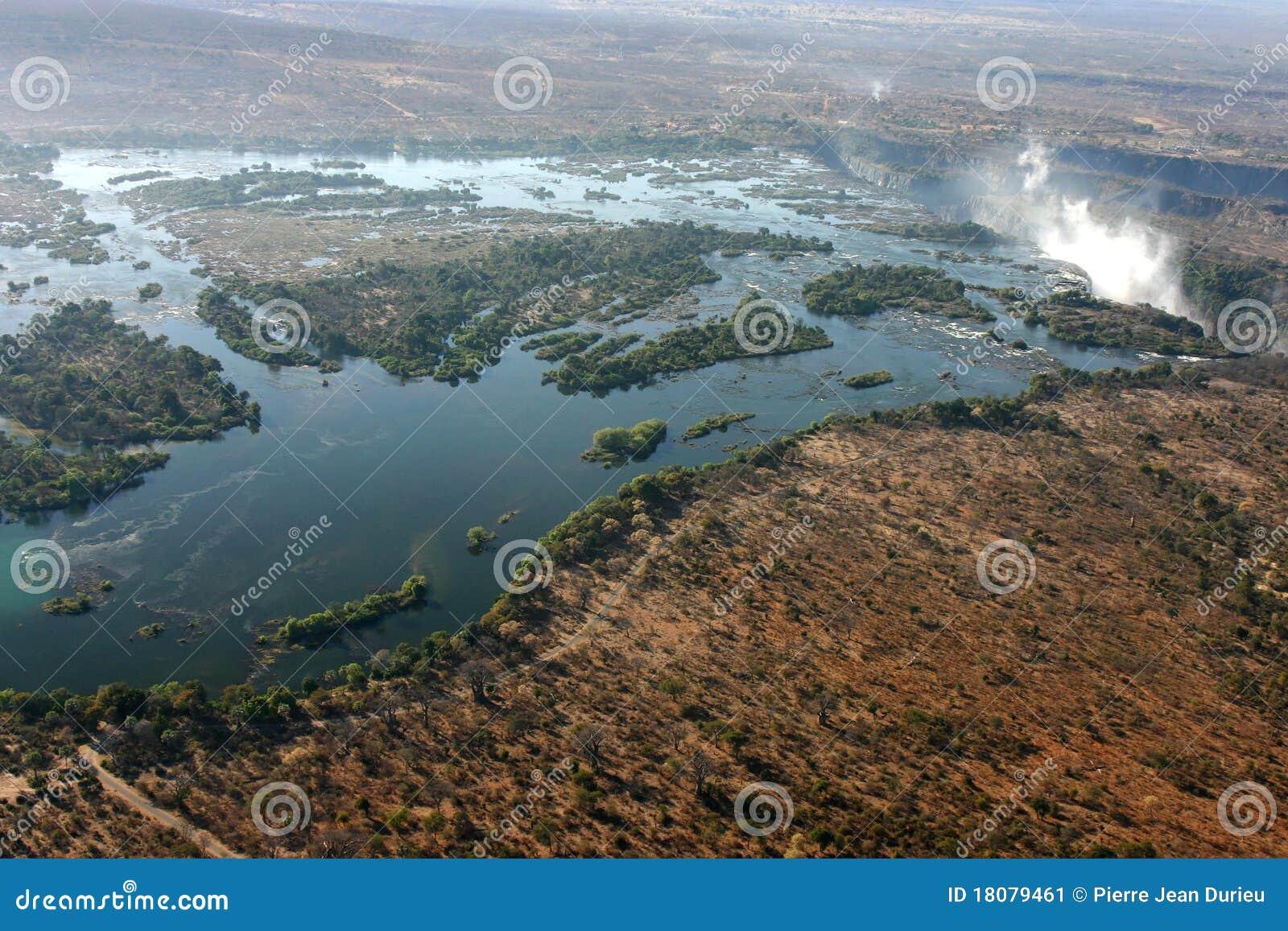 De dalingen van victoria en zambezi rivier die van de hemel wordt