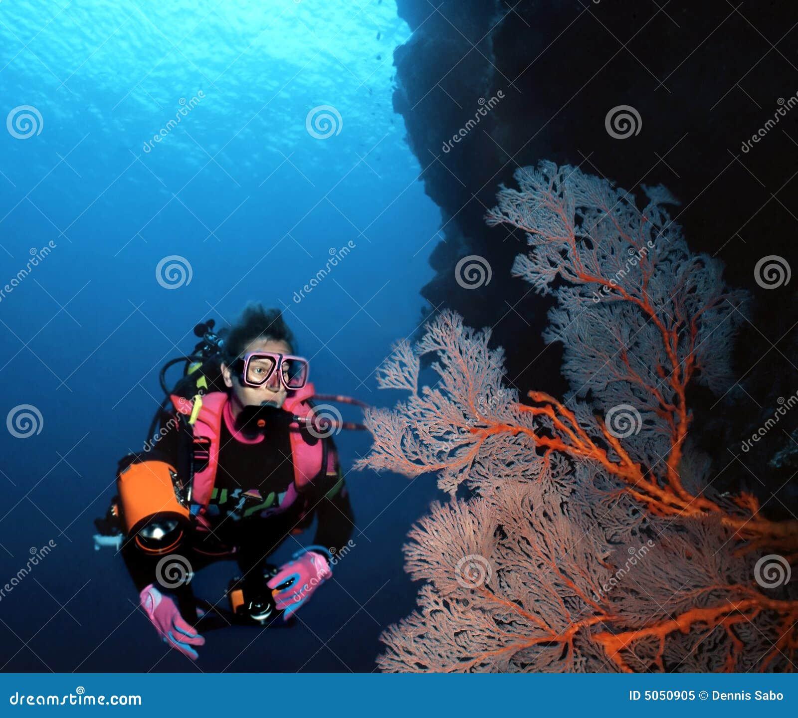 Zambullidor de la mujer y ventilador de mar