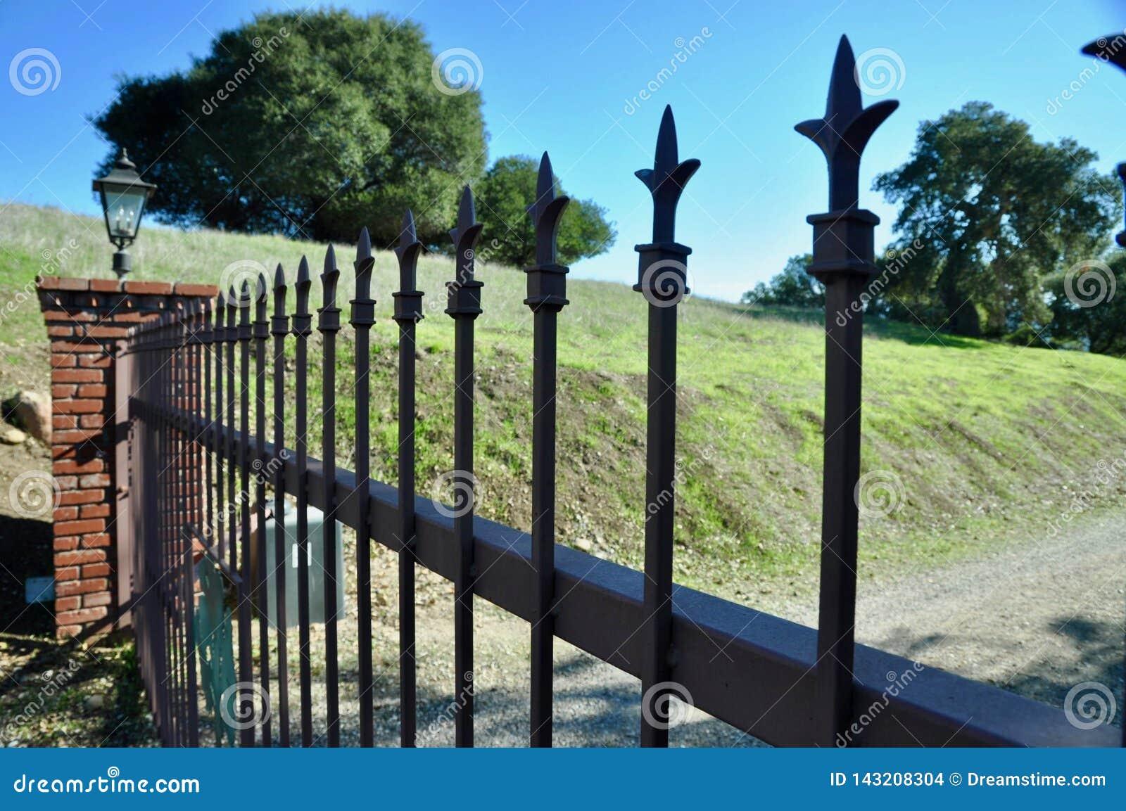 Zamknięta brama na kraj własności