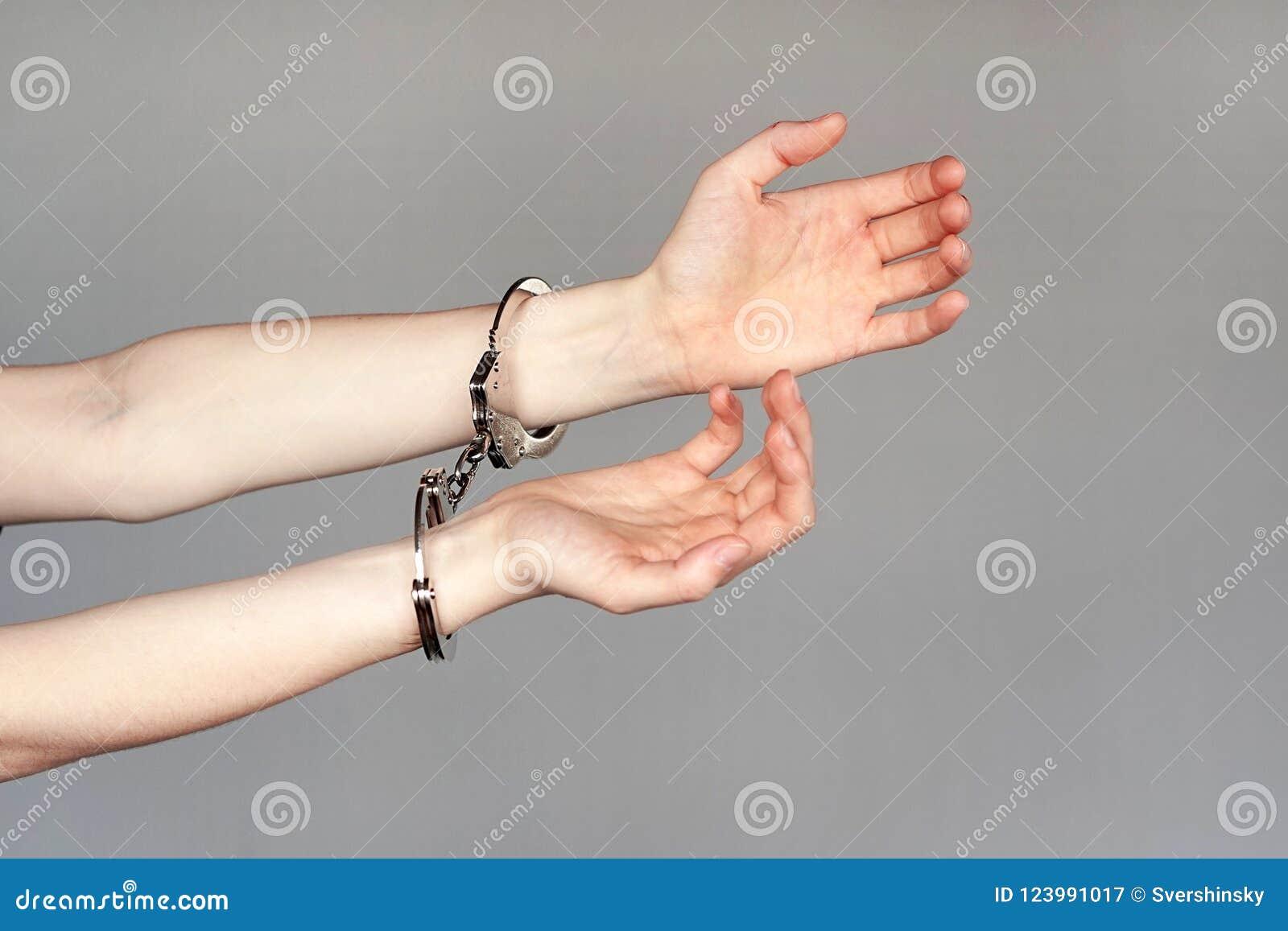 Zamknięta przestępca zakłada kajdanki ręki blokować w górę widok