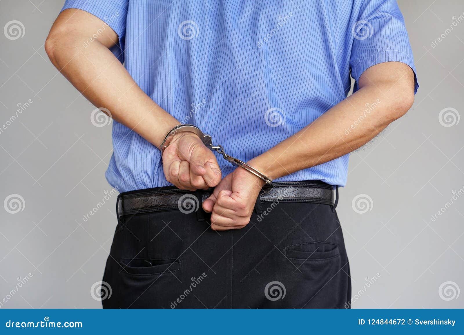 Zamknięta przestępca zakłada kajdanki ręki blokować w górę widok blisko lily farbuje miękki na widok wody