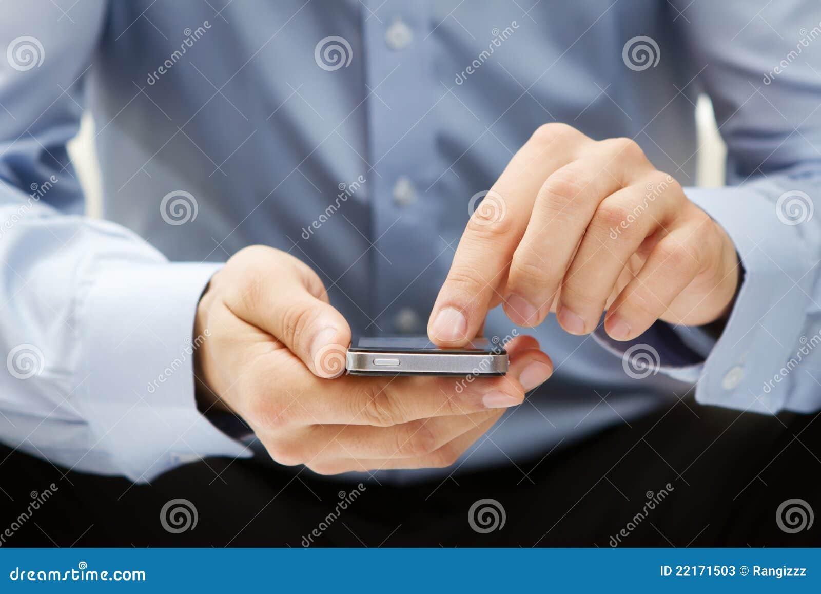 Zamkniętego mężczyzna telefonu mądrze używać