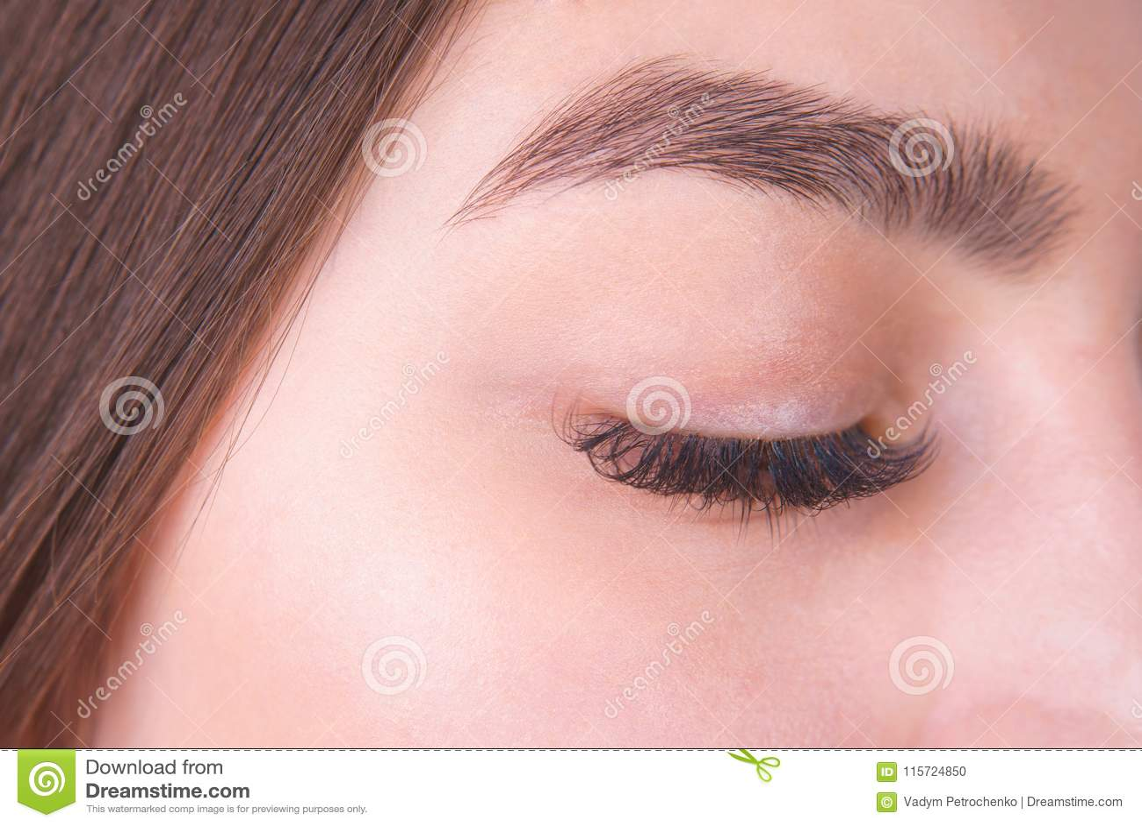 Zamknięty żeński oko z długimi rzęsami i piękną brwią, clo