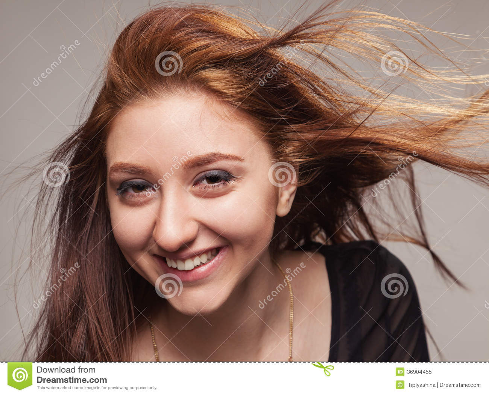 Zamknięty portret piękna dziewczyna z trzepotliwym włosy.
