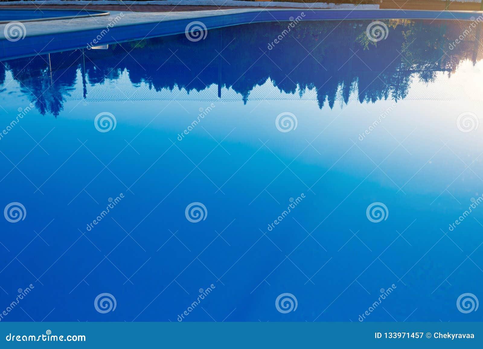 Zamknięty widok nowożytny basen przy zmierzchem przy hotelem Światło słoneczne przy powierzchnią Wakacje, wakacje, relaksuje, lat