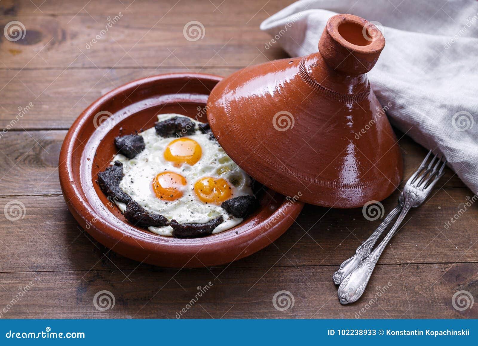 Zamknięty widok smażąca wołowina w tajine naczyniu i jajko, tradycyjny Marokański naczynie