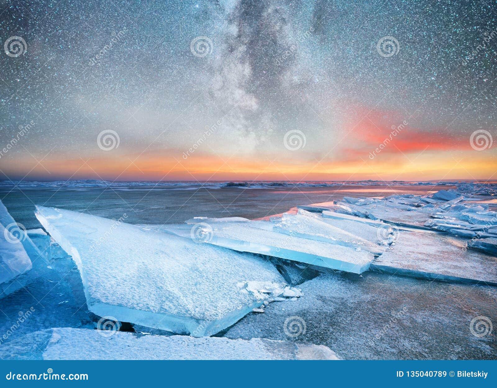 Zamraża na oceanu brzeg przy nighttime Morze gwiazdy przy nighttime i zatoka Milky sposób nad ocean, Norwegia