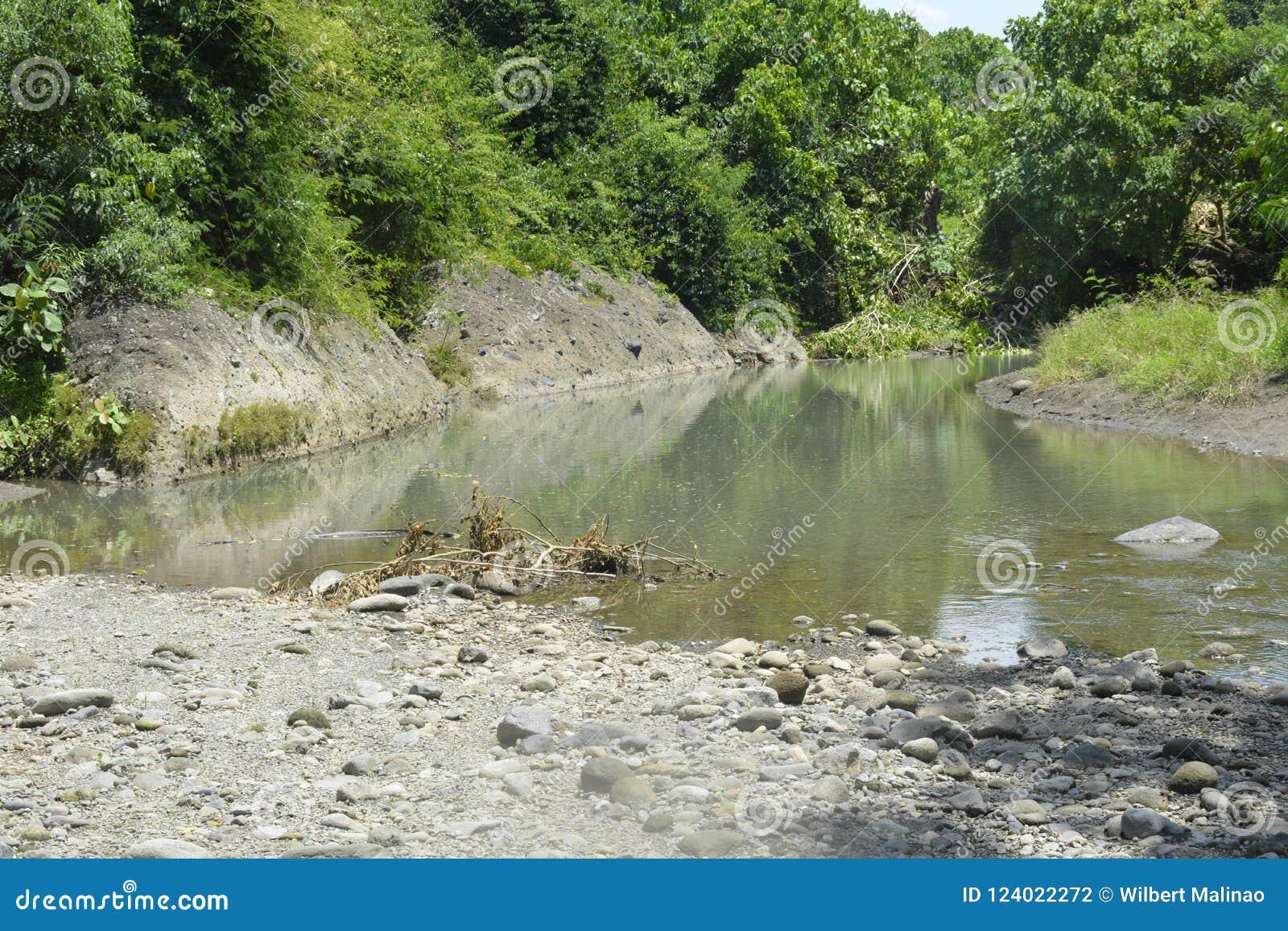 Zamulona porcja Ruparan rzeka przy barangay Ruparan, Digos miasto, Davao Del Sura, Filipiny