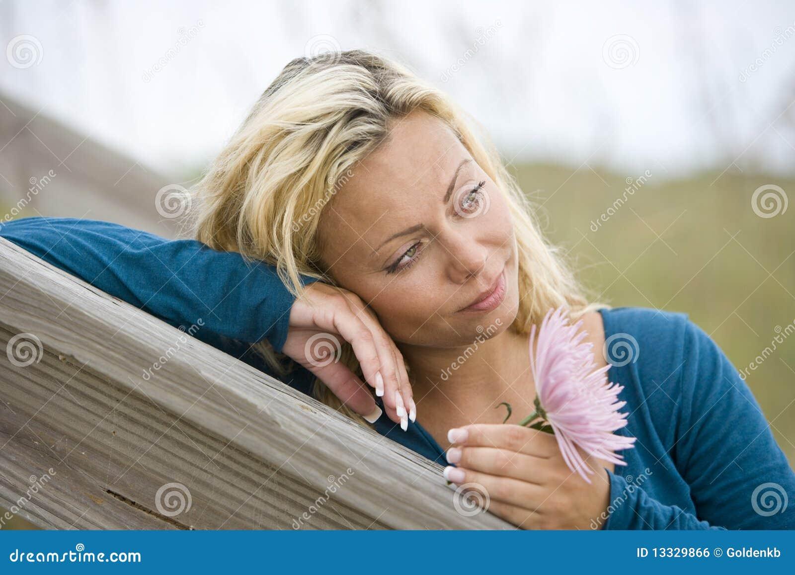 Zamyka twarzy ładnego główkowanie w górę kobiety potomstw