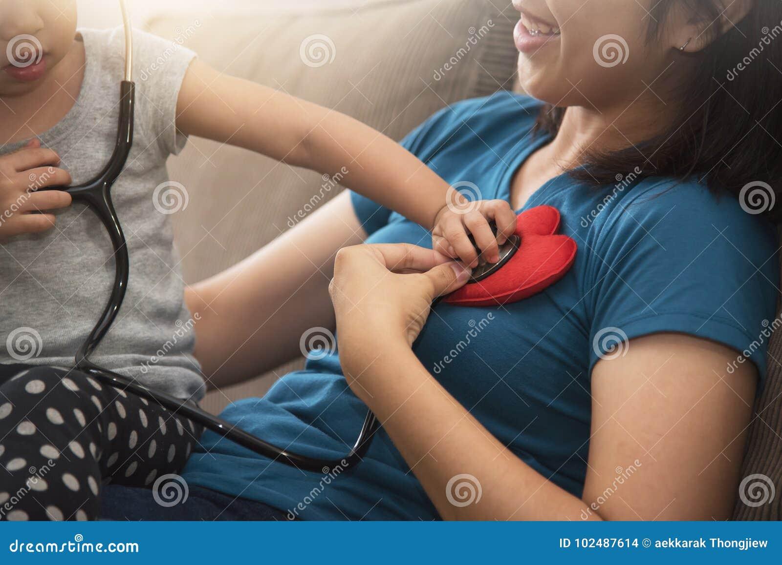 Zamyka up Azjatycka małe dziecko dziewczyna egzamininuje bicie serca