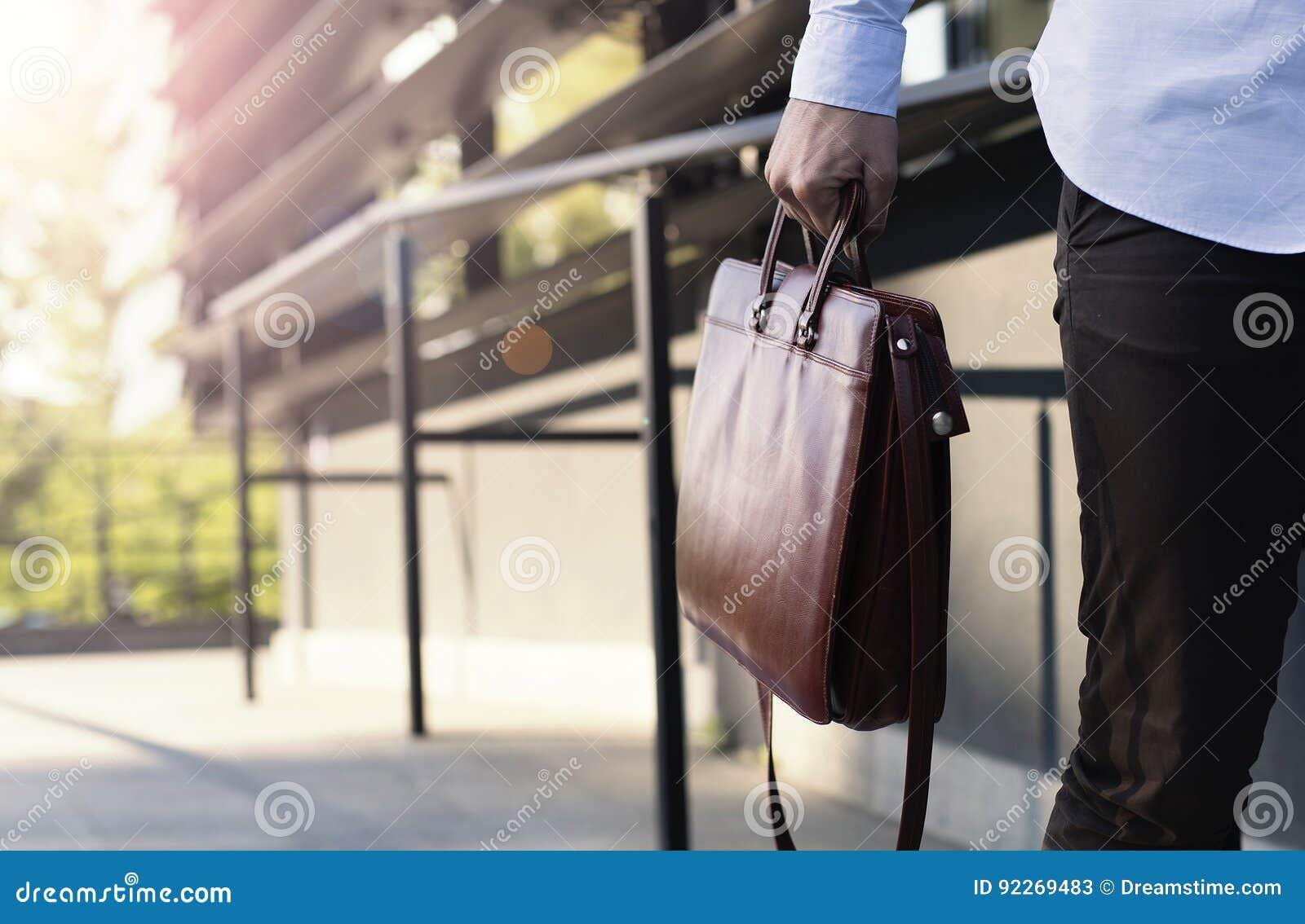 Zamyka up biznesmen trzyma teczkę