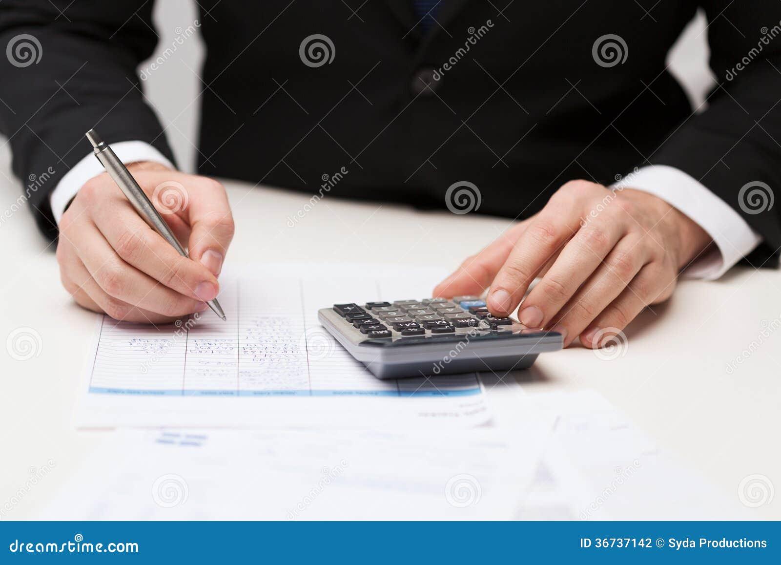 Zamyka up biznesmen z papierami i kalkulatorem