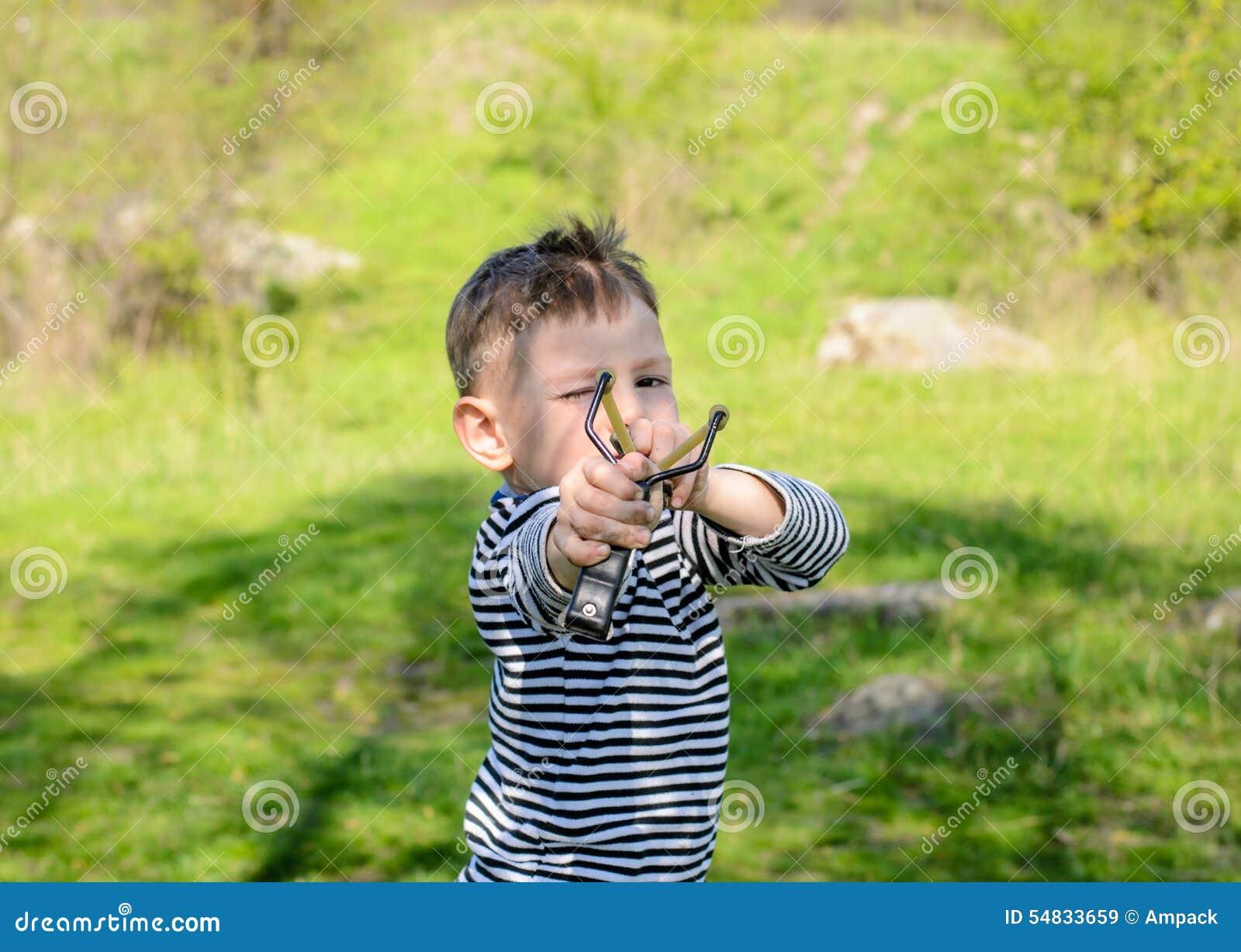 Zamyka Up chłopiec temblaka mienie Rysujący Z powrotem strzał