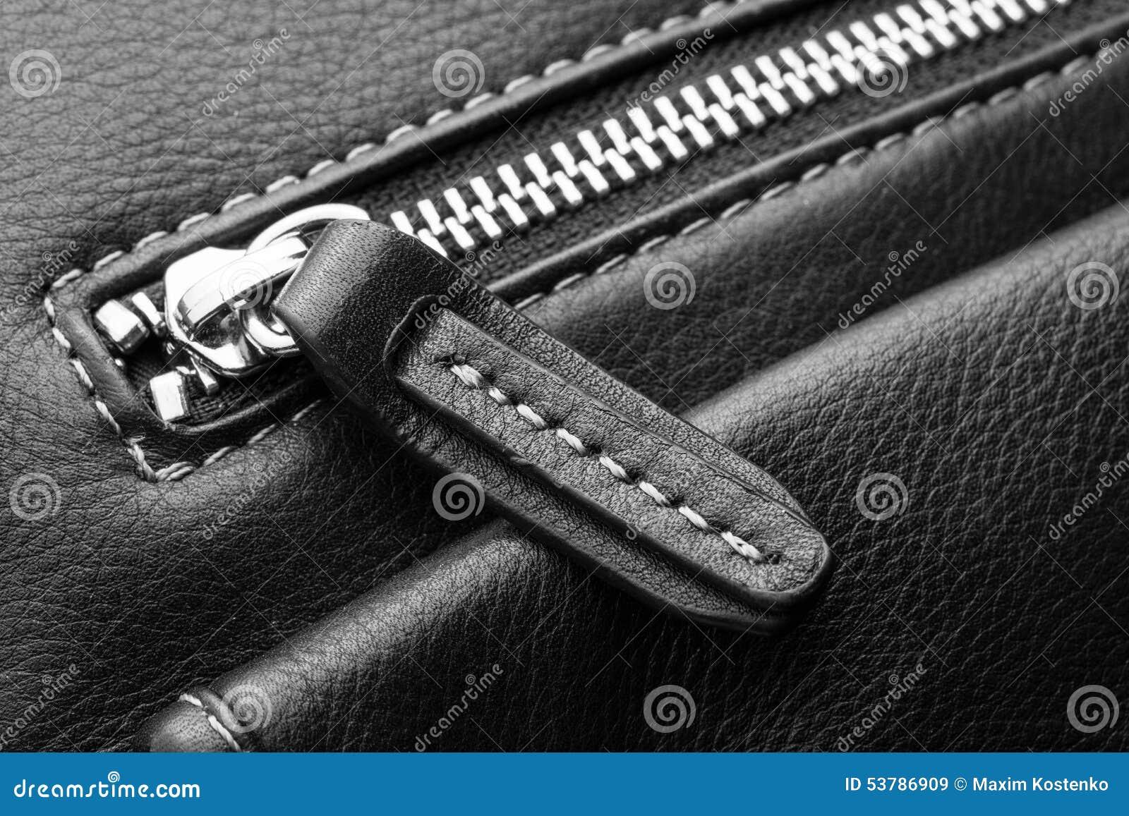 Zamyka up czarny rzemiennej torby suwaczek