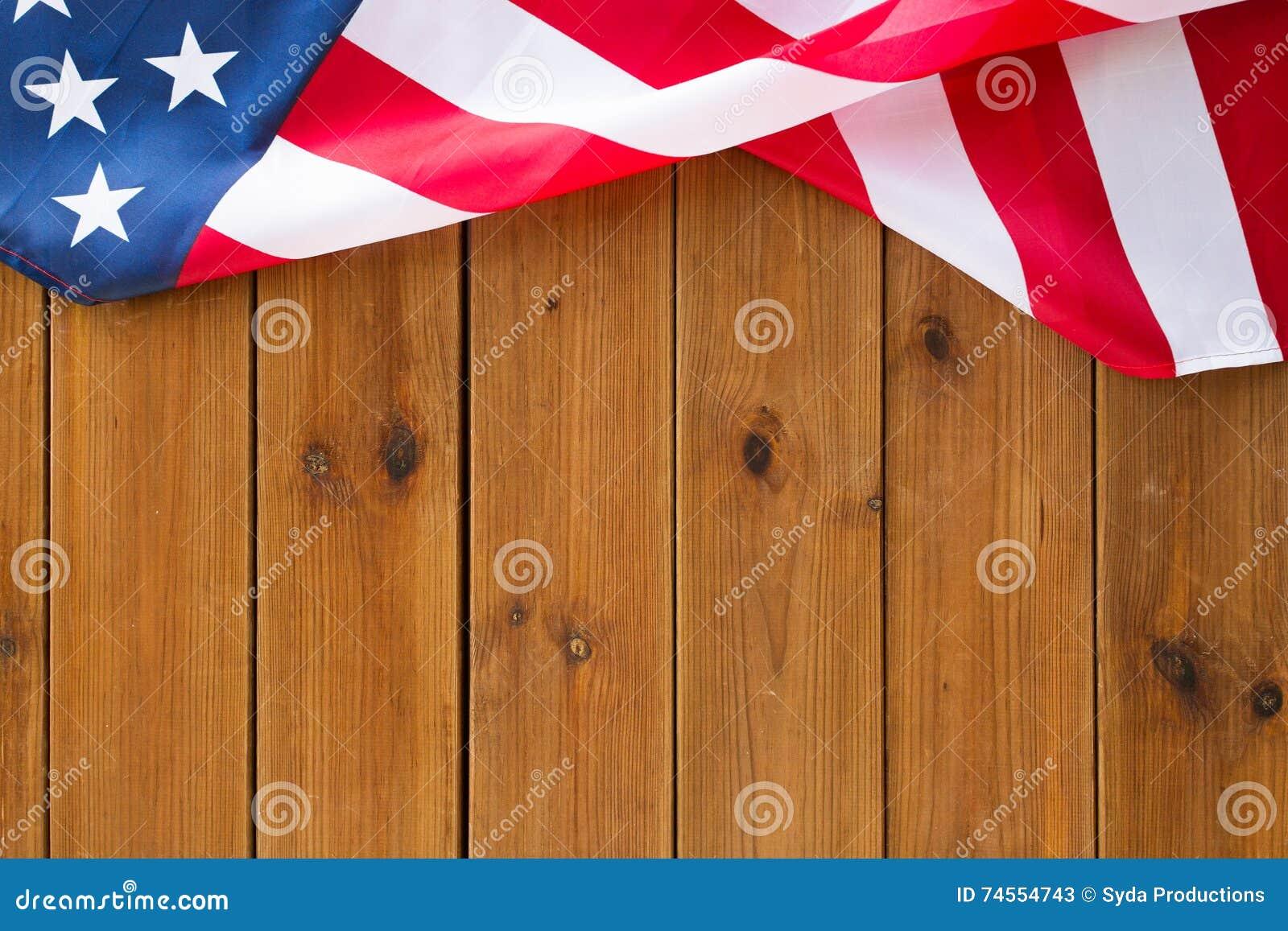 Zamyka up flaga amerykańska na drewnianych deskach