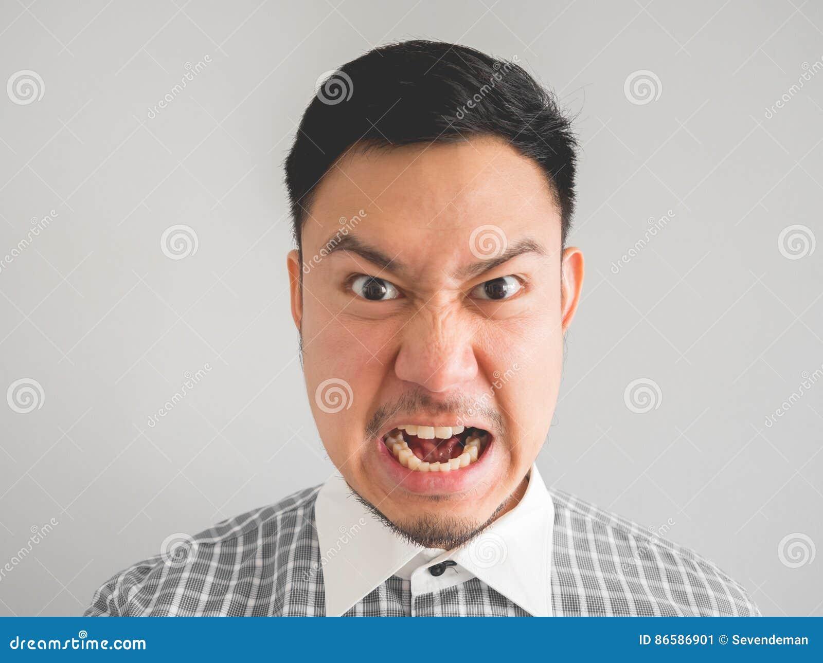 Zamyka up headshot gniewny twarz mężczyzna