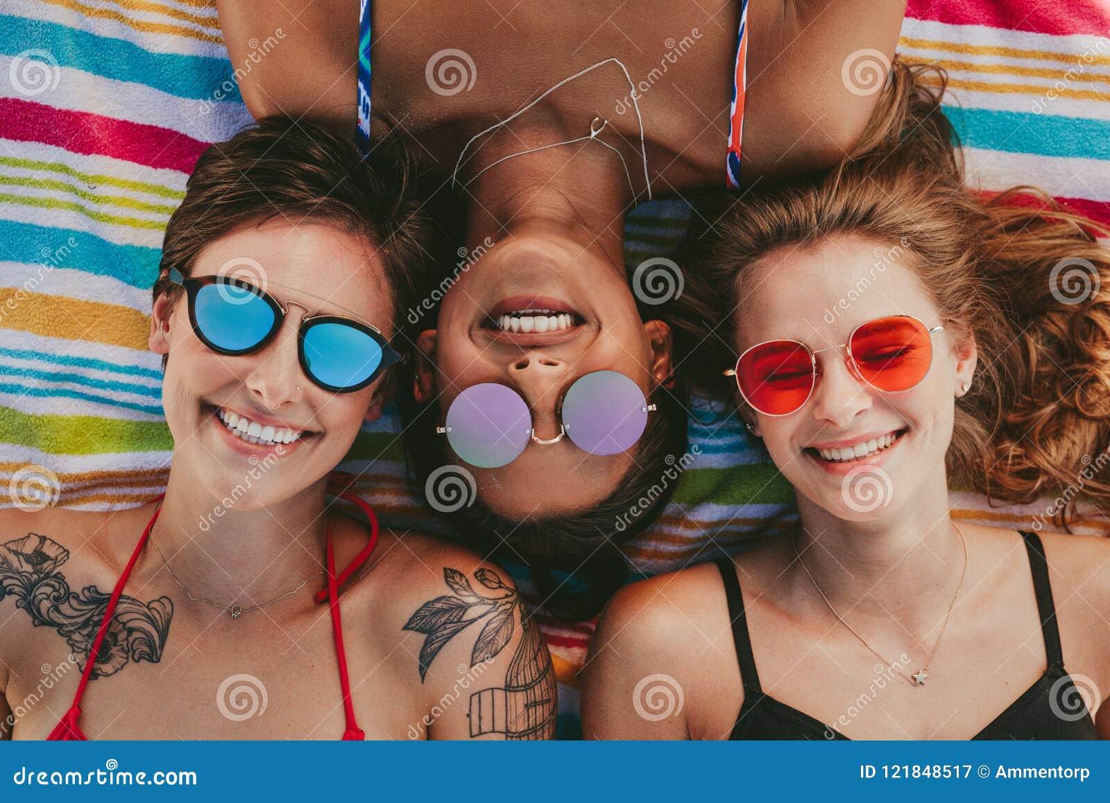 Zamyka up kobiety relaksuje na plaży