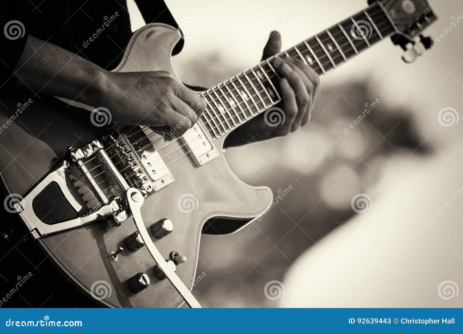 Zamyka up mężczyzna bawić się gitarę