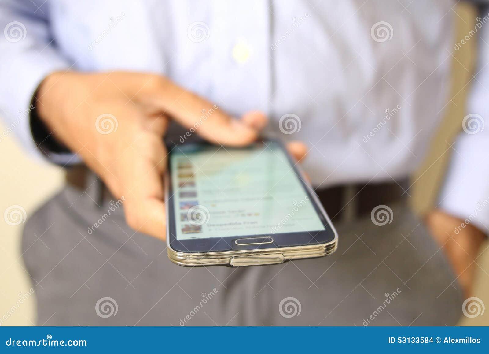 Zamyka up mężczyzna używa mobilnego mądrze telefon