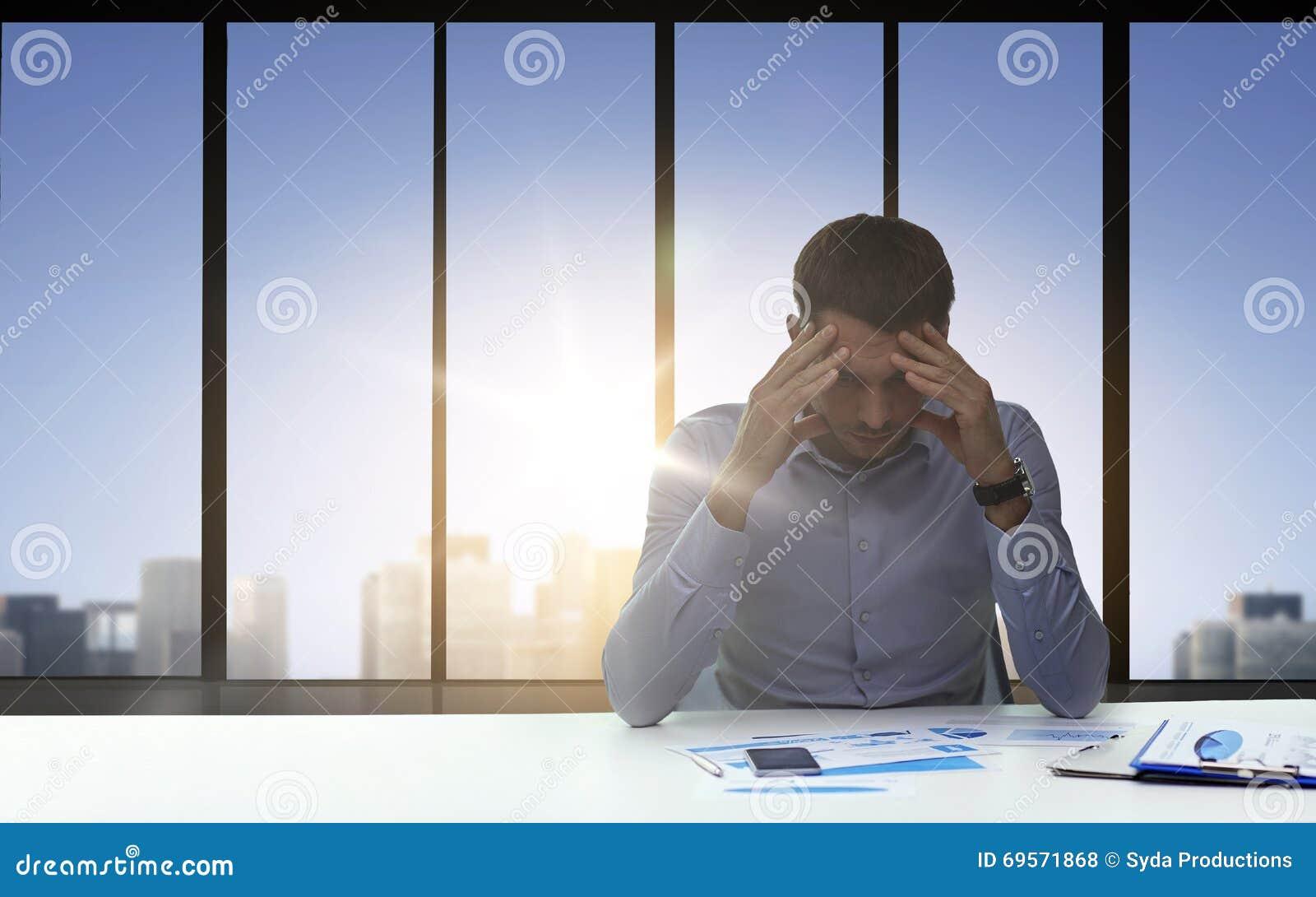 Zamyka up niespokojny biznesmen z papierami