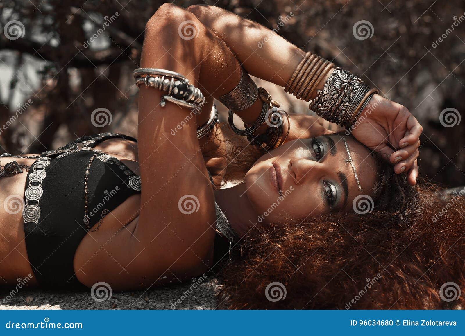 Zamyka up pięknej plemiennej stylowej kobiety łgarski puszek