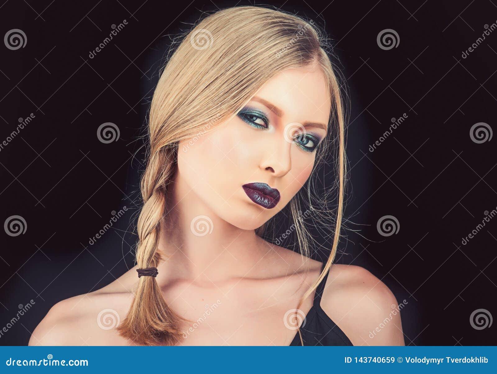 Zamyka up pi?kna kobieta z silnym ciemnym makeup i purpurowymi wargami Fachowa nowo?ytna elegancka modna fryzura