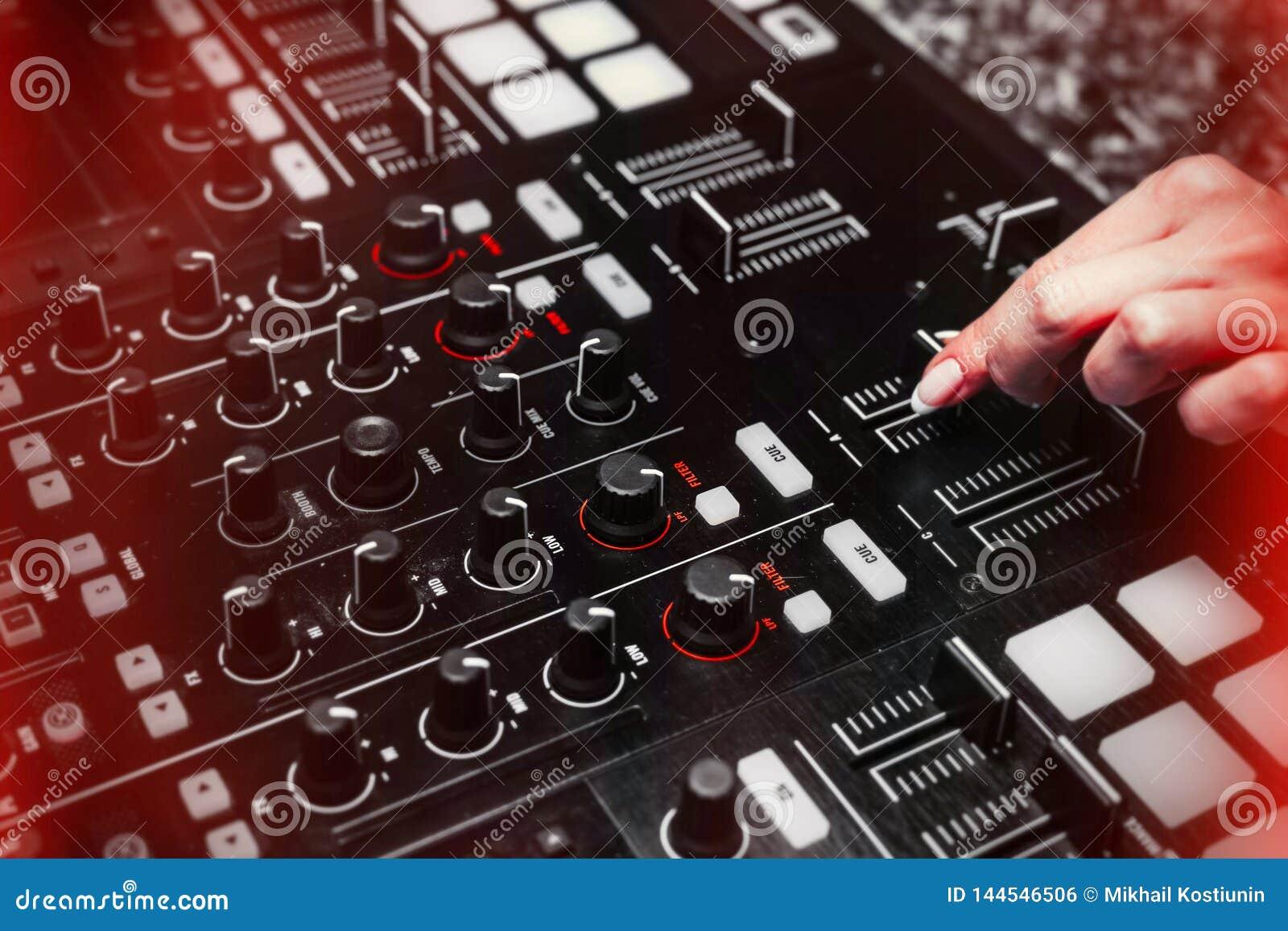 Zamyka up ręka wzrastający dźwięk DJ instrument, poruszający fader