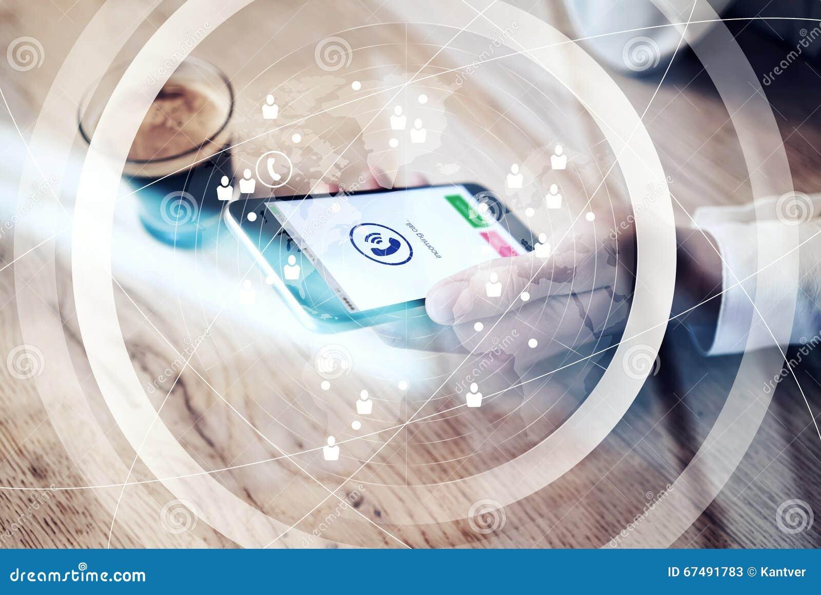Zamyka up rodzajowy projekta smartphone z przybywającego wezwania ikonami trzyma w żeńskiej ręce Sieć światowy interfejs