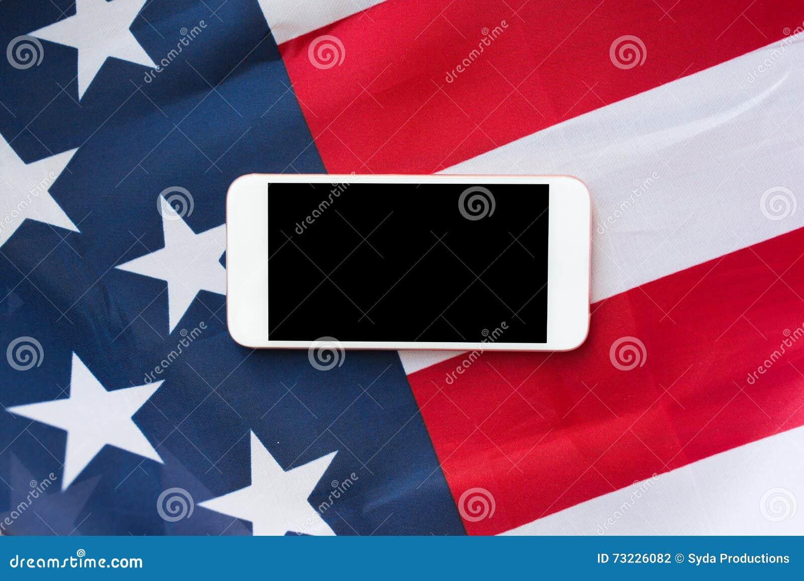 Zamyka up smartphone na flaga amerykańskiej