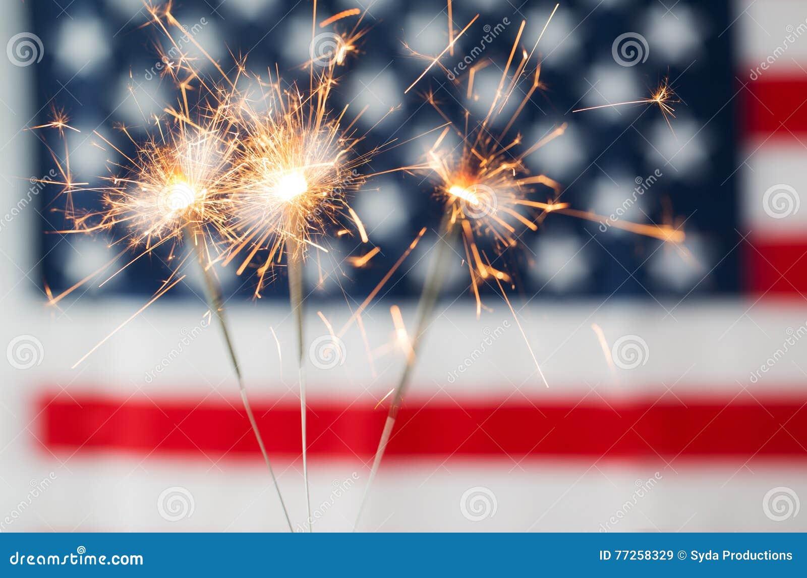Zamyka up sparklers pali nad flaga amerykańską