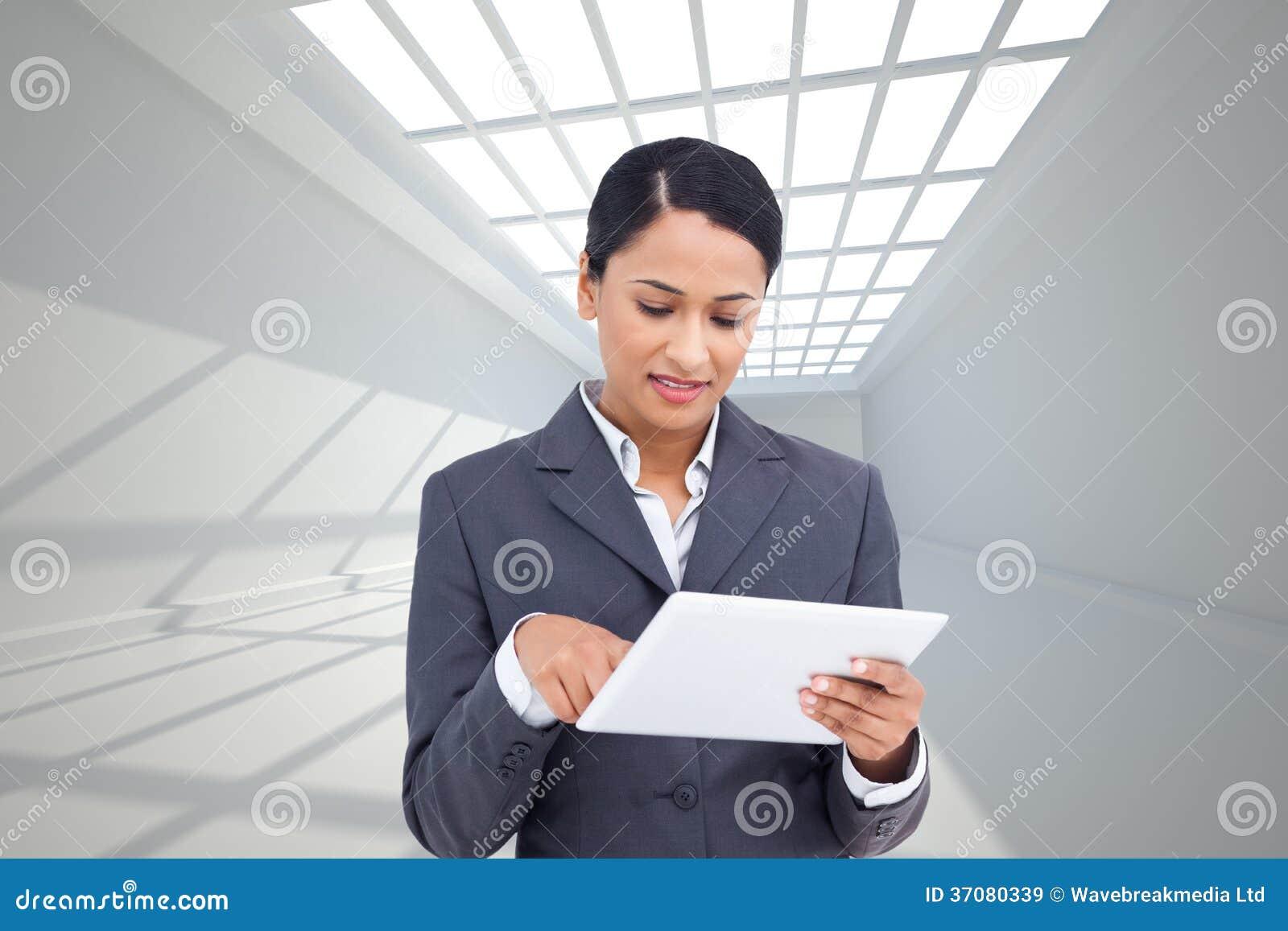 Download Zamyka Up Sprzedawczyni Z Jej Dotyka Ekranu Komputerem Ilustracji - Ilustracja złożonej z skylight, nowożytny: 37080339
