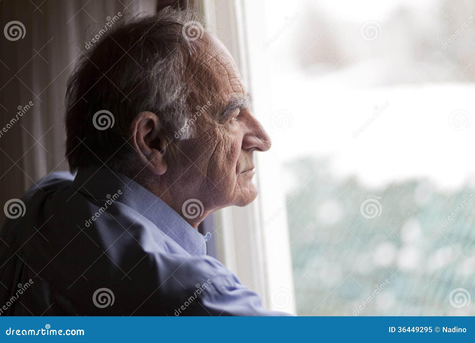 Zamyka up starszy mężczyzna