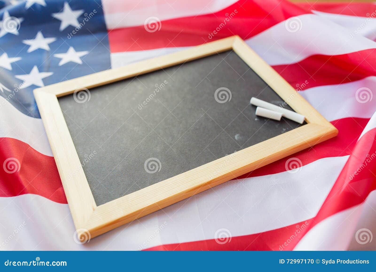 Zamyka up szkolny blackboard na flaga amerykańskiej