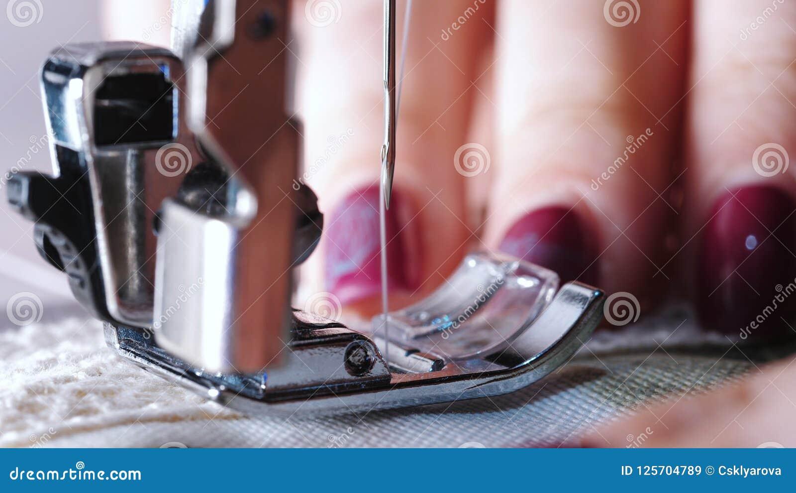 Zamyka up szwalna maszyna pokazuje proces Rzecz odzież, rocznika styl Szwalny proces w fazie overstitching krawczyna