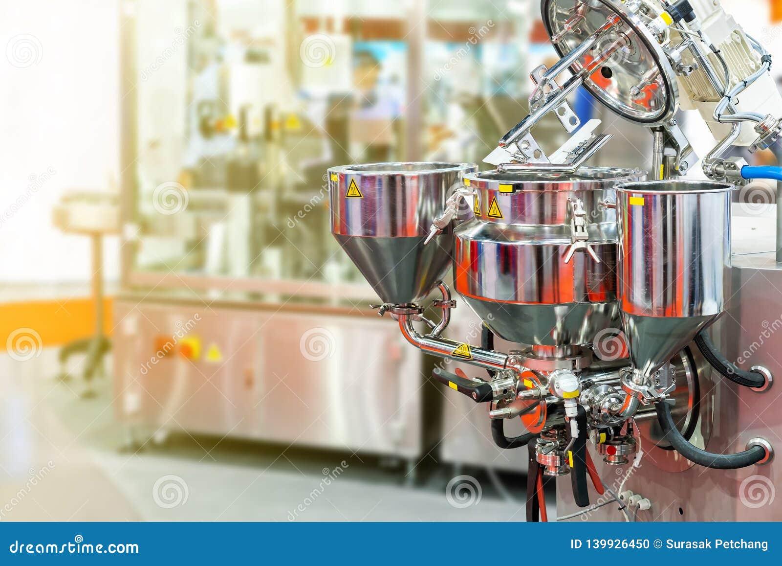 Zamyka w górę płaskiego naganiacza, baryłki i rozładowanie systemu automatyczna, nowożytna i jedzenia lub napoju handlowa melanże