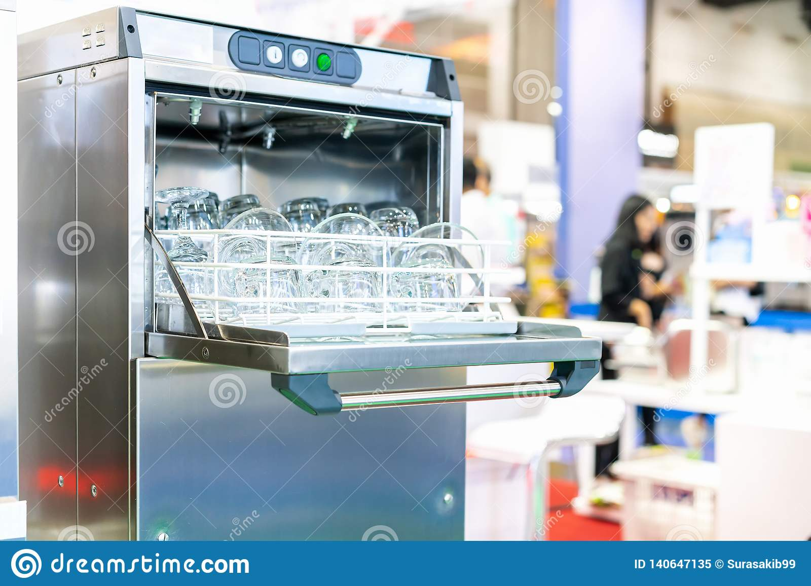 Zamyka w górę szklanego talerza, herbacianej filiżanka i tumbler na koszu w automatycznej zmywarkiej do naczyń maszynie dla przem