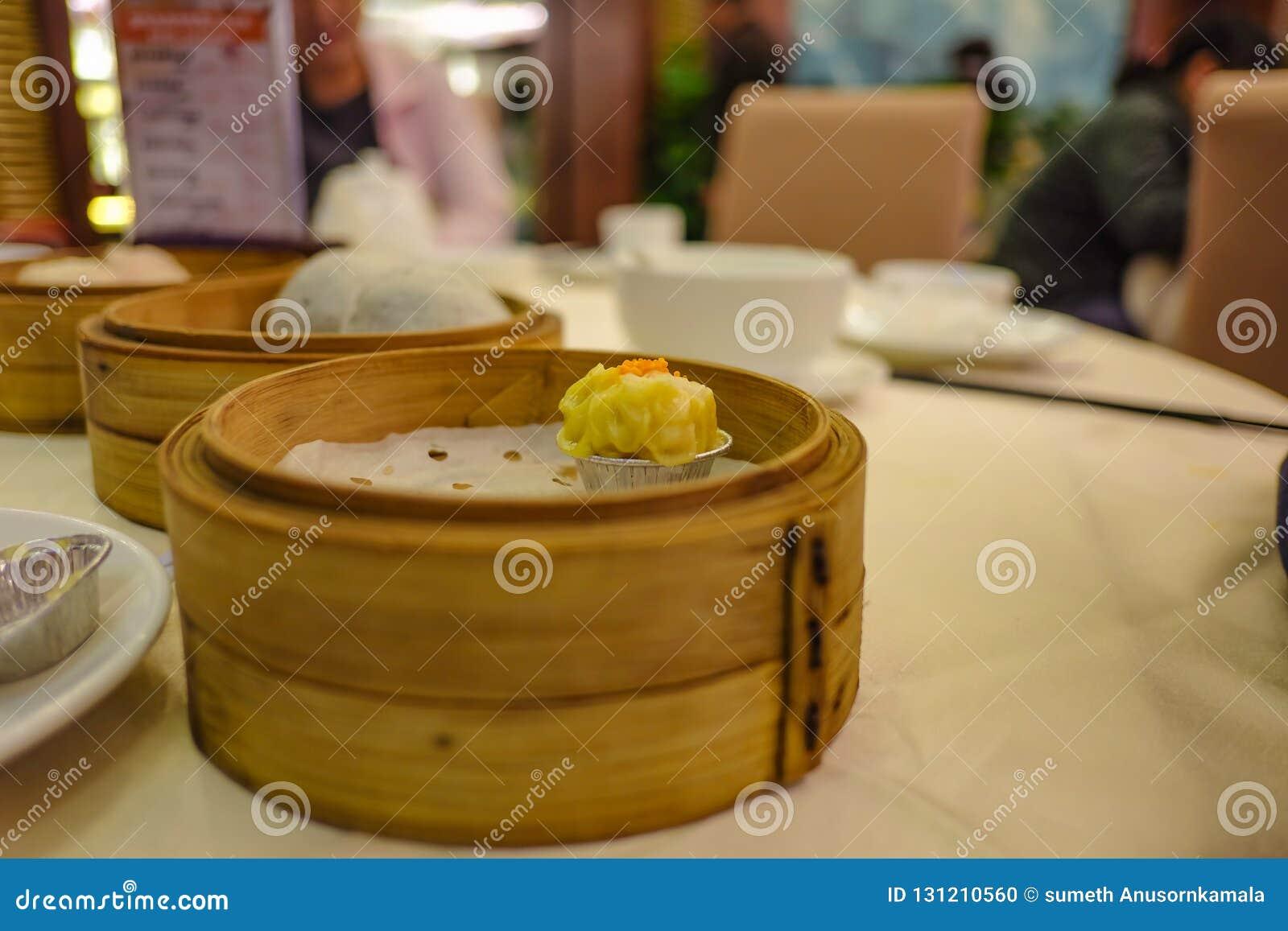 Zamyka w górę chińczyk Dekatyzującej kluchy lub Shumai
