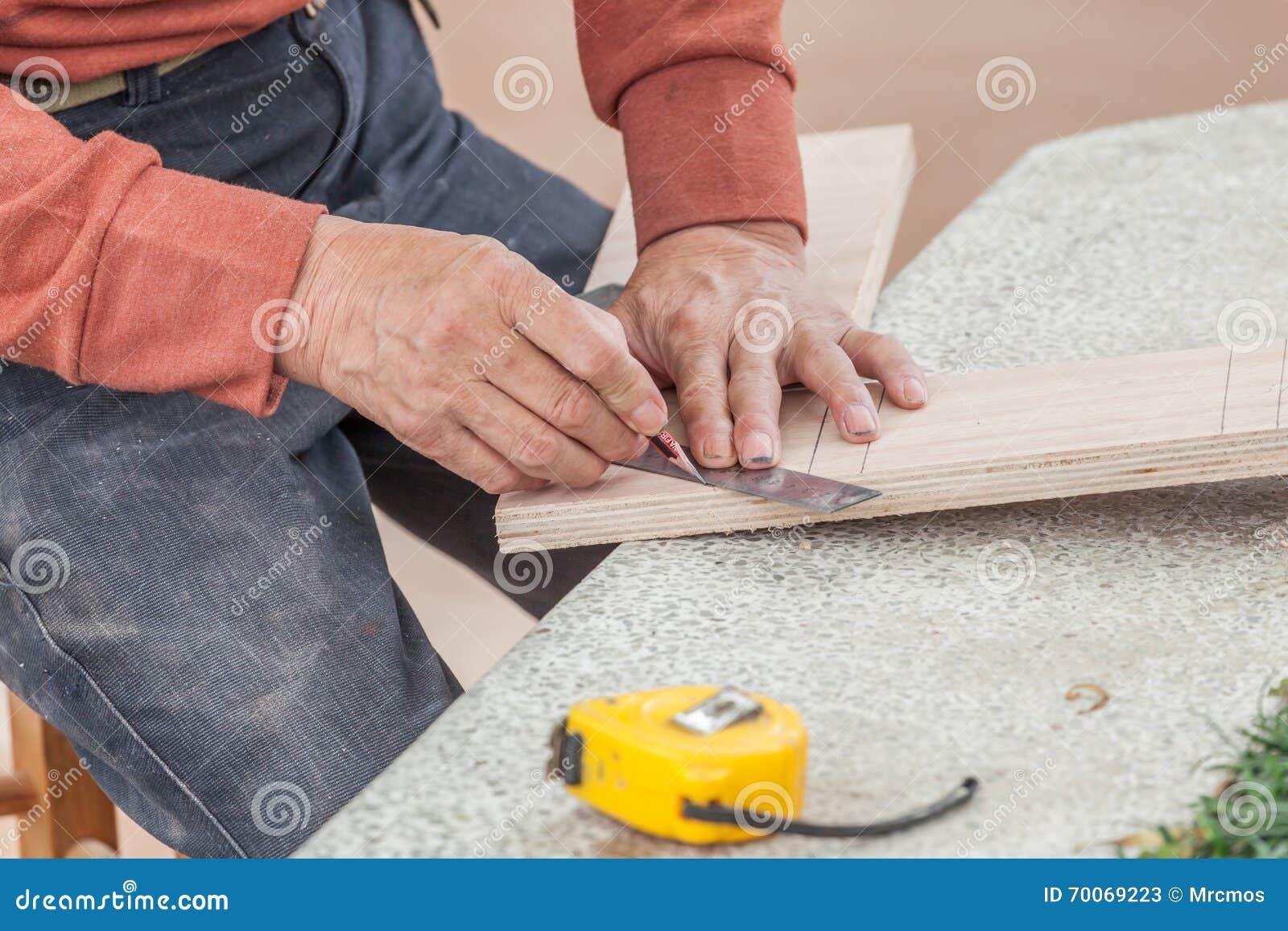 Zamyka w górę cieśla brudnych ręk pracuje z władcą i ołówkiem