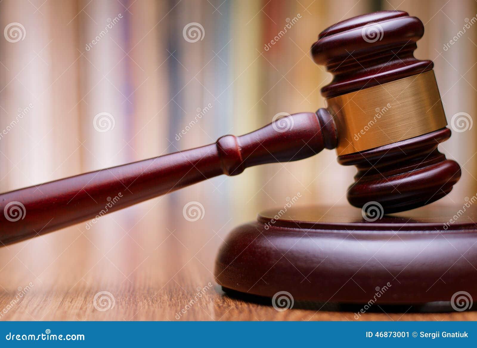 Zamyka w górę Drewnianego prawo młoteczka na stole
