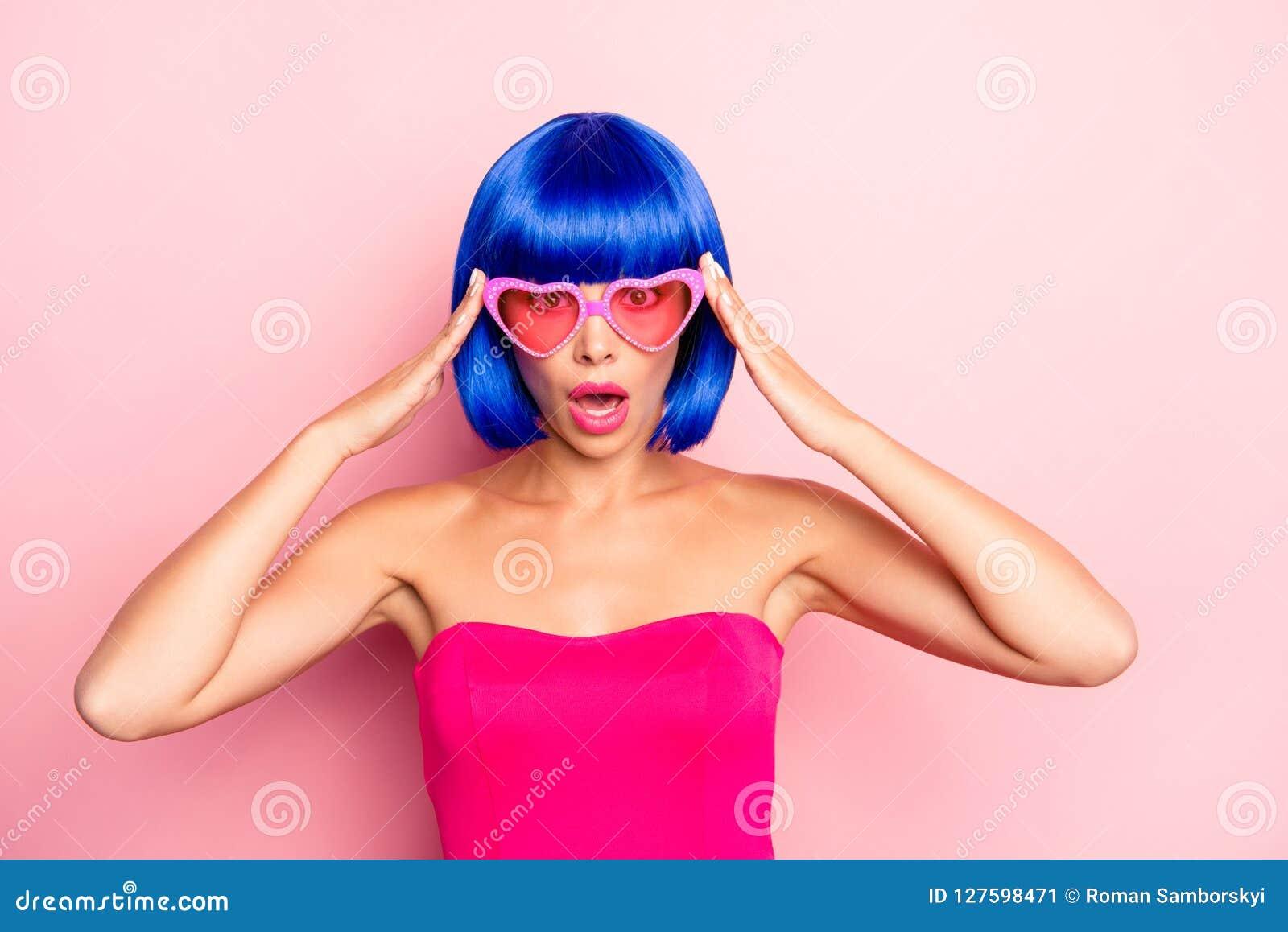Zamyka w górę fotografia portreta czarować dosyć atrakcyjnej damy w lat szkieł pastelowych menchii tle