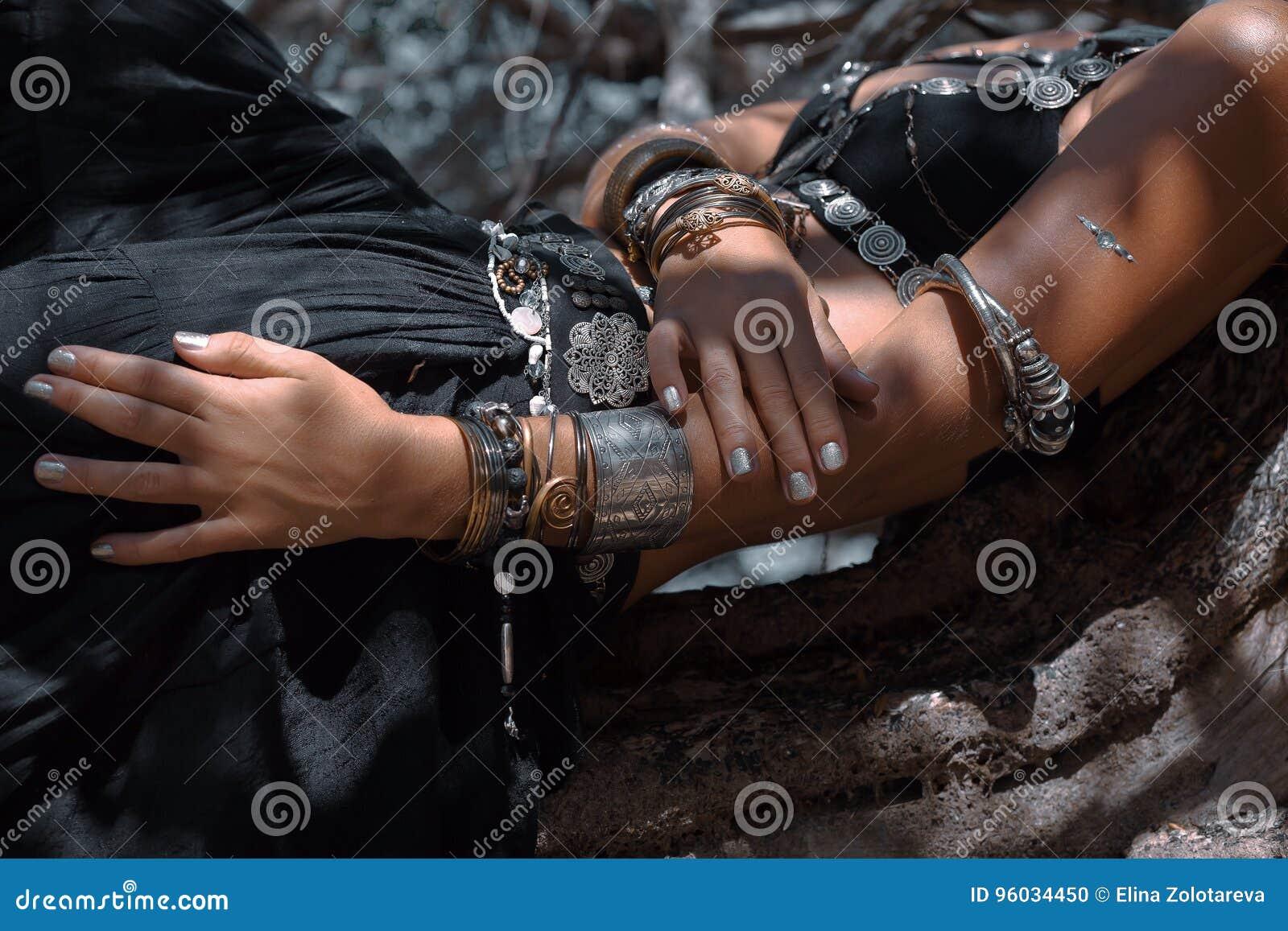 Zamyka w górę fotografii ręki z etnicznymi plemiennymi akcesoriami